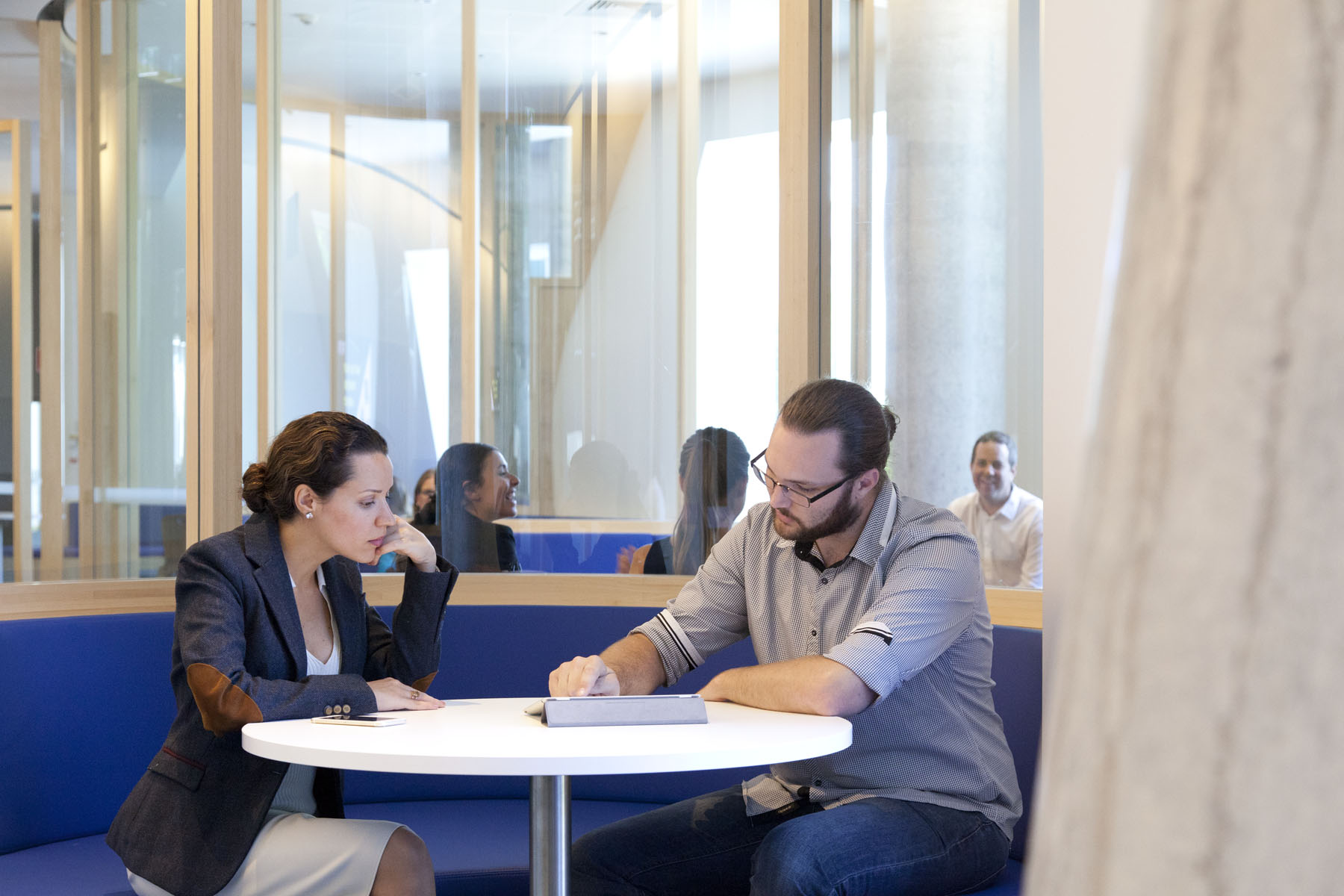 A large student commons on level 5 is a practical and inviting place for students to study and relax. It features two glass work pods – one semi-circular and the other oval-shaped – and curvaceous ply joinery that provides plentiful perimeter seating.