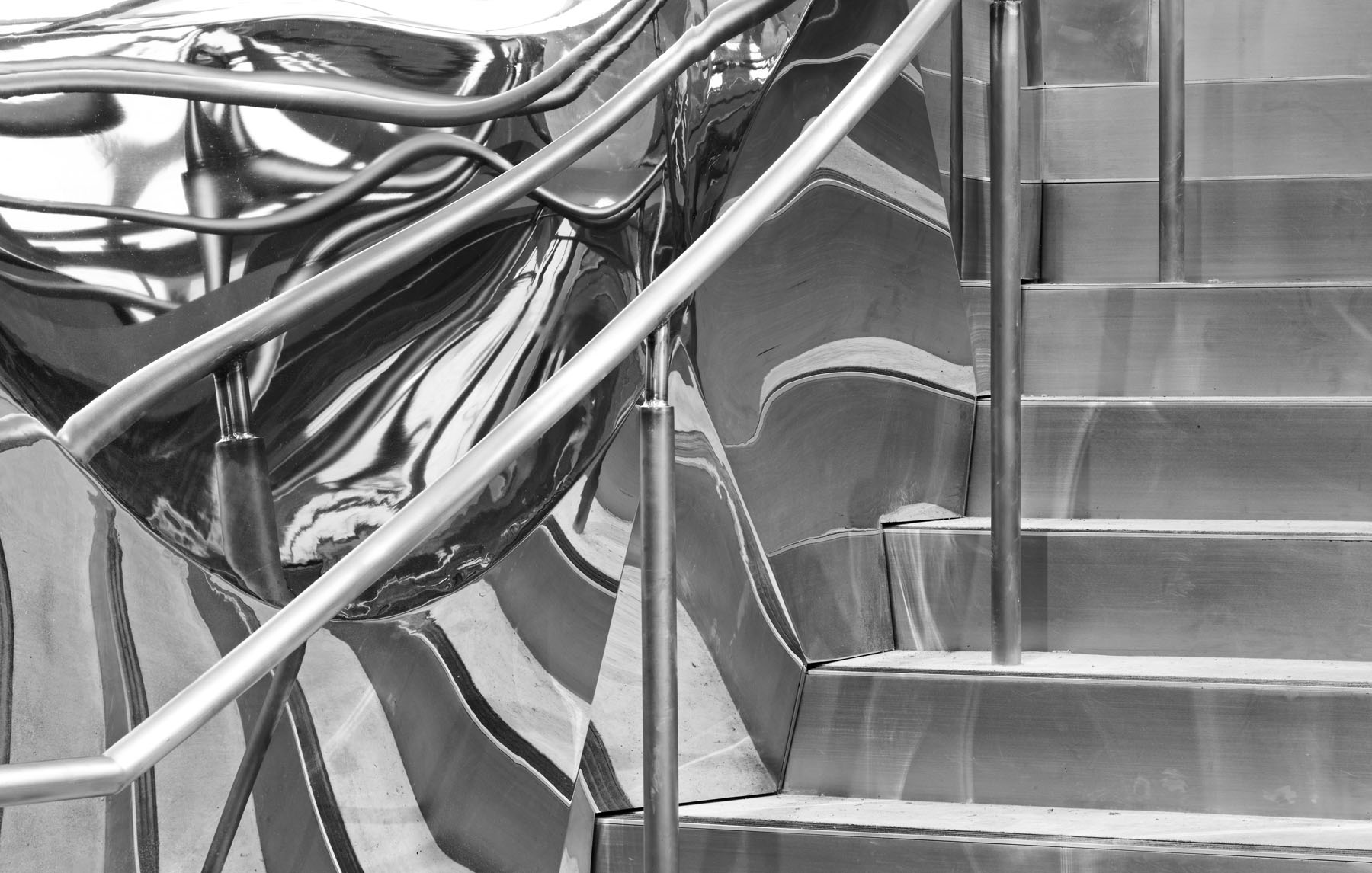 The striking stainless steel staircase lends a sculptural focal point to the main lobby and reflects the movement of both people and ideas. It starts from level 2 at the Ultimo Road entry and connects to student spaces on level 3.