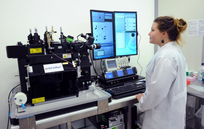 Scientist using GE InCell 2000 high content analyser