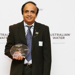 Saravanamuth Vigneswaran receiving the Kamal Fernando Mentoring Award