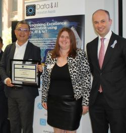 FEIT: Guandong Xu receiving an AI Award